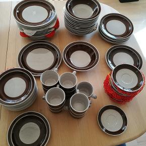 """Rôrstrand - Sweden  - Isolde.  97 dele (= 26,- kr. pr. del) Kaffestel (kop, underkop og sidetallerken), middagstallerkener og dybe tallerkener til 14 personer.  Frokosttallerkener og æggebægre til 7 personer. To kartoffelskåle, en lidt lavere skål, to sovseskåle, 2 mindre skåle med """"øre"""", to store fade og et lidt mindre, sukkerskål med låg  og flødekande og en tekande. Alt er uden skår.  Sælges samlet."""