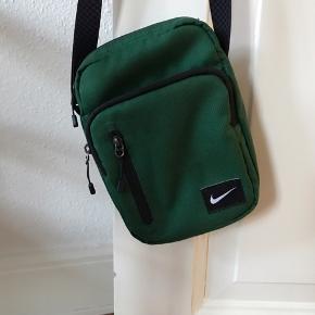 Velholdt Nike crossbody taske. Er brugt enkelte gange. Den her nogle super fine rum, og alt fungerer.  BYD gerne!