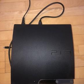 PlayStation 3: Spillene hører med, og der er flere end dem på billedet.  Opladerkabel og strømkabel hører med. Den fungerer helt som den skal. Dog er der lidt problemer med den ene kontroller.