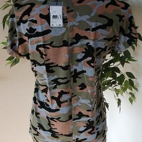 Helt ny og med prismærke på. T-shirt fra coop i armyprint og tryk foran.  Brystvidde 92cm Længde 62cm  Materialer: Viscose Elestan  Nypris 129