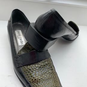 Ganske flotte vintage sko fra Pierre Cardin. De er virkelig fede, og jeg er ked af at de er for store til mig (jeg passer str 38) men de må videre .....  Yderst velholdte. Hæl ca. 3 cm høj.  fede vintage collegesko, loafers, hyttesko Farve: sort,  army Oprindelig købspris: 1699 kr.