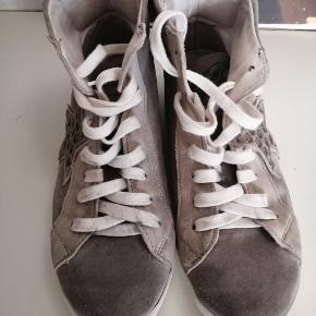 Fede støvler fra Sofie Schnoor i forskellige nuancer i ruskind. Snørrebåndene er beskidte.