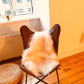 Den populære flagermusstol i cognac farvet kernelæder.  Nypris: 3000;-  Er som ny. Ingen skrammer eller slid, da den stort set ikke er brugt.  Hentet på Frederiksberg.