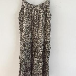 Varetype: Kjole Størrelse: 14år Farve: Sort Hvid  Super flot kjole i en lækker viscose kvalitet og med elastik i rygkant der gør at den sidder perfekt