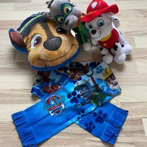 Paw Patrol ting: - 1 Marshall bamse - 1 Rocky bamse - 1 Chase pude - 1 halstørklæde med flere af karaktererne