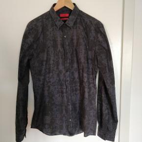 Helt ny, har aldrig været brugt. Jeg bestilte skjorten et nummer for lille og fik aldrig returneret den. Det er en str medium ekstra slim fit. Sender gerne på købers regning. Fra røgfrit hjem.