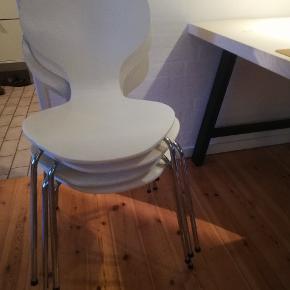 Klassiske hvide skalstole, der trænger til en kærlig hånd. Derfor sælges de ultra billigt. 4 er samme slags, mens den sidste har fungeret som ekstra, og er lidt skæv i stellet, og noget afskallet i malingen. De andre er stabile i stellet, men trænger også til en gang maling. Der er en enkelt der har en ubetydelig revne henover ryggen . Den fungerer ellers som den skal, og er fint stabil.  Byd gerne, prisen der er sat er for alle 5.   Jeg har også en annonce på 4 grå siddehynder, der aldrig har været brugt, men som passer til en skalstol, og gør dem noget behageligere at sidde på :).