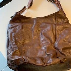 Lækker lædertaske med god inddeling og justérbar skulderrem.