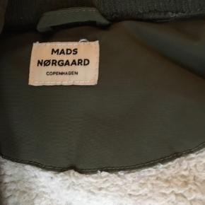 Lækker Mads Nørgaard vinterjakke med plysfoer. Fejler intet! Str er 10 år og passer til en 9-10 årig.