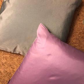 2 stk Camilla Helene puder i pastel lilla på den ene side, pastel grøn på den anden side samt hvid med pastel lilla/lyserøde striber. Super smarter næsten som nye.  35x35 cm
