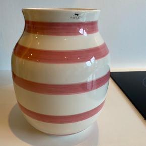 FLYTTE SALG‼️  3 for 2 få det billigste item med gratis‼️  Kähler Omaggio vase 20 cm med lyserøde streger kun stået til pynt har aldrig været blomster i 🌸  ❌Bytter ikke 💵Betaling med Mobilepay eller Trendsales salg 🛍Afhentning i Vanløse 📦 Sendes KUN gennem Trendsales