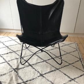Lækker stol sælges da den ikke bliver brugt overhovedet. Har stadig mærker på efter samling som selvfølgelig kan pilles af.