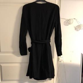 Varetype: Midi Farve: Sort  Super fin sort wrap/slå-om/binde kjole fra & Other Stories, størrelse 42. Den lukkes med bindebånd udvendig, og diverse knapper samt et bindebånd indvendig, anvist på billederne🌸 Fremstår i god stand. Brystvidde: 53 cm. X 2. Længde: 92 cm.