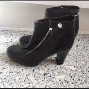 Super flotte og lækre højhælede støvletter i læder fra Billi Bi i str. 39. Lynlås samt trykknap i siden. Støvlerne har kun været på en enkelt gang og er så gode som nye.  Jeg foretrækker at handle via Trendsales og sende med DAO. Alternativt via MobilePay.  Køber betaler gebyr og fragt.