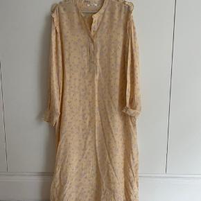 Lækker kjole fra Nue Notes i 100% silke.  Kun brugt få timer en enkelt gang. Fejler intet.  100% silke.
