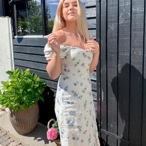 Lækker kjole fra & Other Stories. Virkelig god kvalitet og kun brugt 1 gang 🤍💚💙
