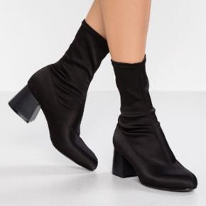 Sorte støvler/sock boots. Aldrig brugt. Har selv givet 380 kr. for dem. Fra Monki. Kan afhentes på Amager eller Nørrebro.