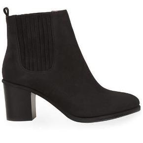 """Sorte """"Brenda boots"""" fra Opening Ceremony. Støvlerne er forsålede og fremstår - udover et lille hak i den ene hæl - som nye. Bytter ej, så kom med et bud!  NB! Køber betaler porto samt gebyr ved eventuel ts-handel."""