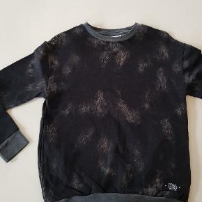 Sweatshirt med lommer i siden. Ny (uden mærke). Str 152.  Sender også. Det koster 38 kr med Dao.