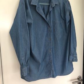 Lækker cowboy skjorte fra 2ND DAY. Str. er M/L Brystmål er 2x60 cm.  Længde ca. 77 cm. Brugt få gange.