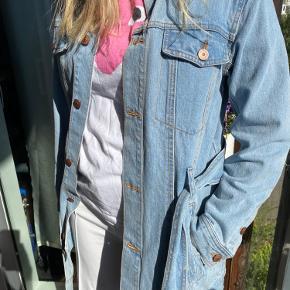 Flot denim jakke som aldrig har været brugt.