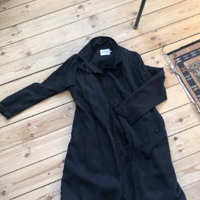 Sort overgangsagtig jakke fra Soaked in Luxury.