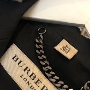 Figursyet blazer fra Burberry  Jeg passer xs/s og den passer mig perfekt  Har kun været til rens, ikke maskine.  Bud er velkomne 👍🏼