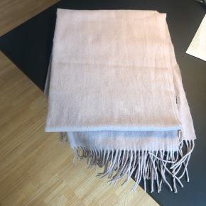Halstørklæde fra Modstrøm. Farve: Rosa Afhentes i Aarhus