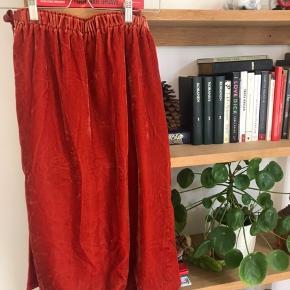 Flot velour nederdel med bindebånd i siderne Str 38! Kom gerne med et bud og se mine andre annoncer #trendsalesfund