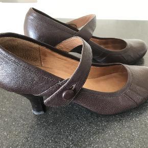 Brand: Steve Maddin Varetype: Så sød en sko Størrelse: 38.5 Farve: Brun Oprindelig købspris: 700 kr.  Sød sko. købt i USA. Størrelse i deres mål er 8,3M. Jeg bruger 38,5, og de er købt til mine fødder;) Hælen måler 7,5 udvendig.