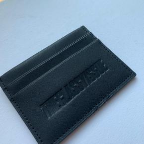 Korthalsedes fra The Classy Issue i sort faux læder. ALDRIG brugt. Np.: 300. Giv et bud 🙂   Kan mødes i København eller sende (køber betaler fragt) ✨   Bytter ikke!