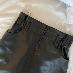 Sød ZARA nederdel som aldrig er brugt  Byd