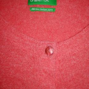 Lækker cardigan i blød uld. Korrekt farve ses bedst på billede nr 2 Fejlkøb! Har været brugt en enkelt aften 🌷