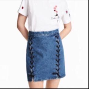 8879077e579 Ready for a denim Summer? 😎 Fed denim nederdel med detaljer foran og  lynlås bagpå
