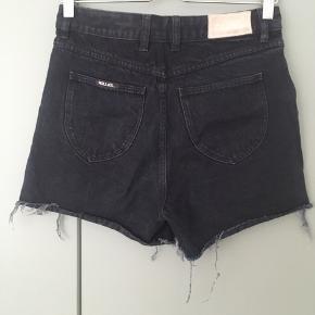 Lækre denim shorts fra Australske Rolla's i str. W28. Kun været brugt få gange og fremstår i god stand! Perfekte til sommeren 🌞