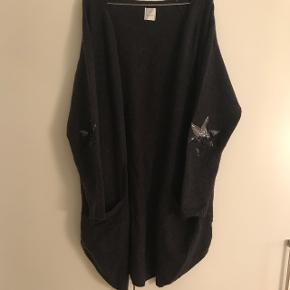Lang mørkebrun/mørkegrå cardigan med 21% uld og 14% mohair i.