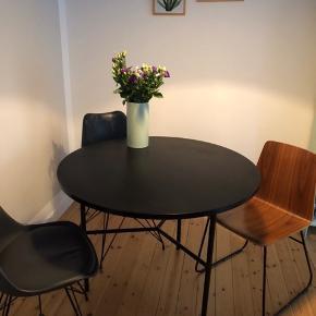 Spisebord, Bloomingville model Type. 100 cm i diameter. I god stand. Nypris 2300.