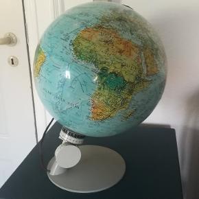 Gammel flot globus fra 1972 med lys. Diameter Ca. 30 cm. Højde Ca. 40 cm. Prisen er fast. Kan afhentes i Århus N. /Trøjborg