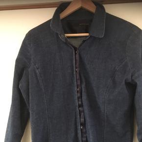 Lækker skjorte i god kvalitet. Bomuld, silke, Tencel og elastane. Den fremstår ny. Nypris 800,-