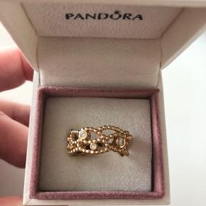 25 års jubilæums ring fra Pandora i 14 kt., med diamanter 0,25 ct brill., str. 59... kom gerne med et bud, ringen er efterspurgt på forskellige sider.