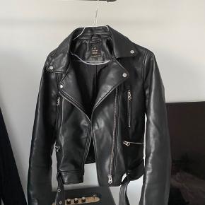 Imiteret læder jakke fra ZARA. Brugt, men fremstår næsten som ny.   - sender kun  - køber betaler fragt - mp pris 250