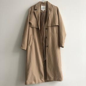 Beige jakke fra Monki i str. XXS. Vil dog mene at den sagtens kan passes af helt op til størrelse small og måske medium.  Jakken har kostet 500kr fra ny. BYD 🥳