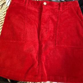 Sælger denne røde fløjlsnederdel fra Monki. Den er aldrig brugt da den er købt for lille. Byd gerne:))
