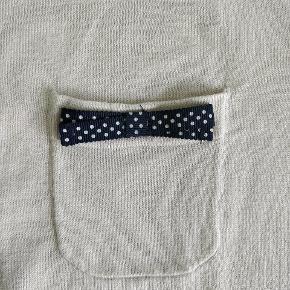 Fin bluse i god stand med sød sløjfe på lommen.   Køb nu eller kan hentes i Gråsten