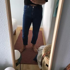 Mega lækre jeans fra Other Stories str. 31. De stumper lidt på den gode måde og har stretch i stoffet.