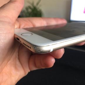 IPhone 6 - 64 GB sælges med det på billedet. - der er lidt skrammer bagpå  Batteri har en max kapacitet på 73 % og kameraet har ridser men tager fine billeder. Sidste billede er taget med mobilen Sælges med to covers