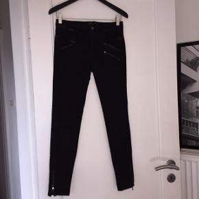 Sælger disse fede bukser/jeans fra Zara. Str. 38 med meget stræk i. Fede lynlås detaljer for neden og for oven.  Jeg tager ikke billeder af tingene på.  Kommer fra dyre- og røgfrit hjem.  Sender gerne, køber betaler Porto.  Går ikke ned i pris her på app'en, så forvent ikke at jeg ændrer prisen hvis du gør det til din favorit - det kommer med til mit nye hjem og på et loppemarked hvor det så bliver solgt, så slå til nu.  Bud er dog velkomne, giver også gerne mængderabat 😊