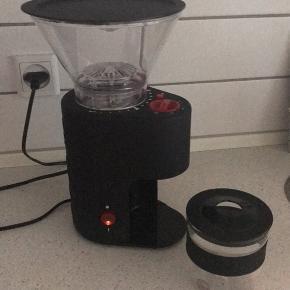 Bodum kaffekværn. Brugt få gange, men den har stået i en papkasse det sidste år og derfor sælges den nu.   Alt virker som den skal. Den fremgår som ny uden brugsskrammer.