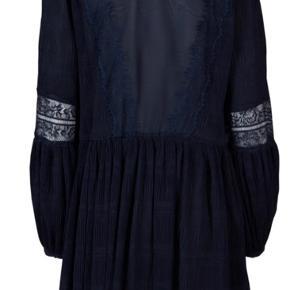 Den smukkeste Hall kjole fra Ganni. Passer s/m/l da det er en rummelig model. #secondsummerchance