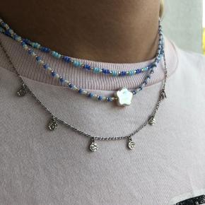 Smukkeste halskæde med blå-nuancer og en smuk blomsterformet ferskvandsperle🌸 Kæden kan laves i andre farver eller str. hvis det ønskes. Og både i elastik snor eller fiskesnøre med lås. Skriv endelig for mere information eller spørgsmål Pris: 85